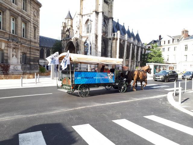 Une calèche tirée par deux chevaux passe devant le musée du Secq des Tournelles vers l'Hôtel de Ville rue Lecanuet