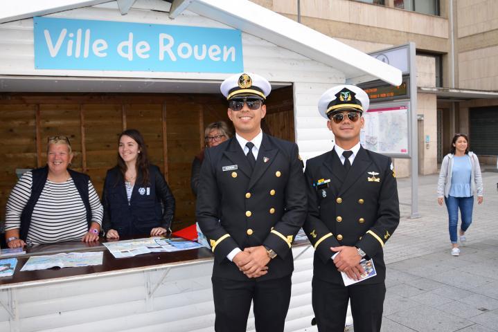 Deux marins posent devant le chalet d'information