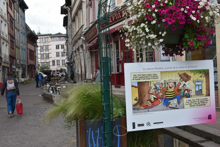Une planche de BD de Ducobu sous les arceaux en fleurs rue Eau de Robec