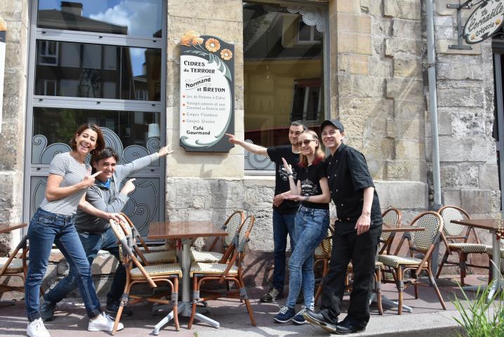 L'équipe de la crêperie La Cornaëlle montre de la rue la devanture de l'établissement
