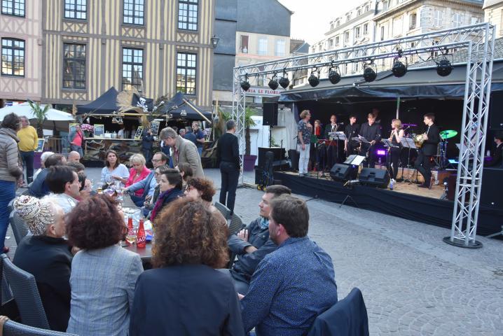 L'Euro Café anime la place du Vieux-Marché avec un duo de concerts quotidien