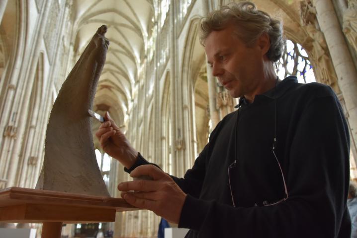 Installé à l'abbatiale Saint-Ouen, le sculpteur Jean-Marc de Pas travaille la terre devant les visiteurs