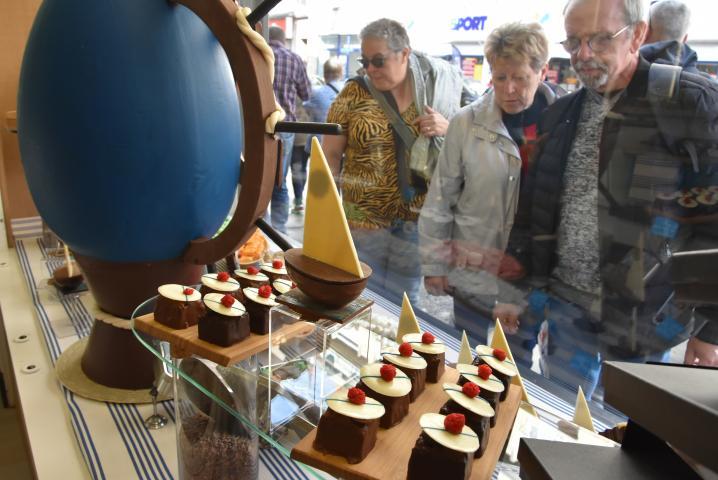 La vitrine de la chocolaterie Beyer, au 17 rue Grand-Pont, multiplie les références à l'Armada