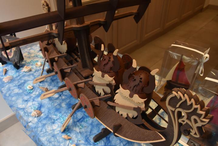Un drakkar, création du maître chocolatier Hubert Masse, trône en vitrine de sa boutique au 116 rue Guillaume-le-Conquérant