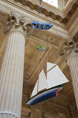 Gros plan sur trois maquettes de bateau