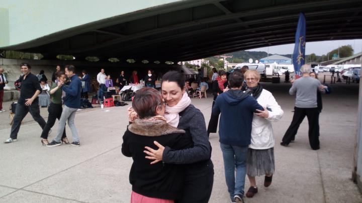 Au pied du pont Corneille, l'association Cuatro Tango a donné des airs de fête à ce deuxième pique-nique participatif de l'Armada