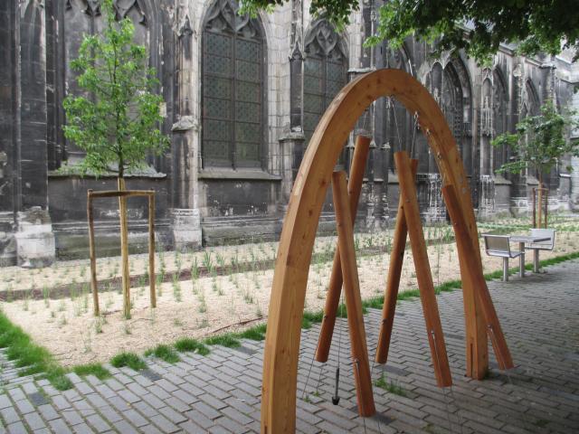 Des jeux sonores en bois et en métal sont installés devant le temple Saint-Eloi place Martin Luther King