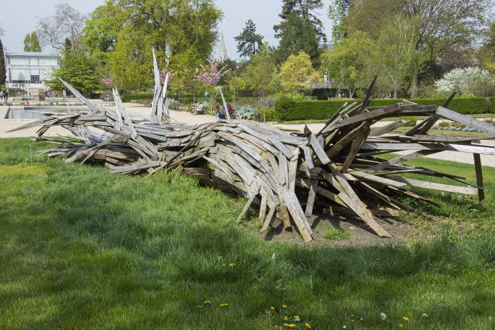 Sculpture en bois sur la pelouse du jardin des plantes signée de Laurent Martin