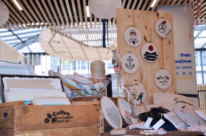 Vue serrée du stand des Lovers au marché des créateurs