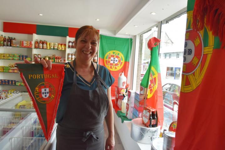 """Le sourire de Sylvie, la patronne de l'épicerie """"Au Coeur du Portugal"""""""