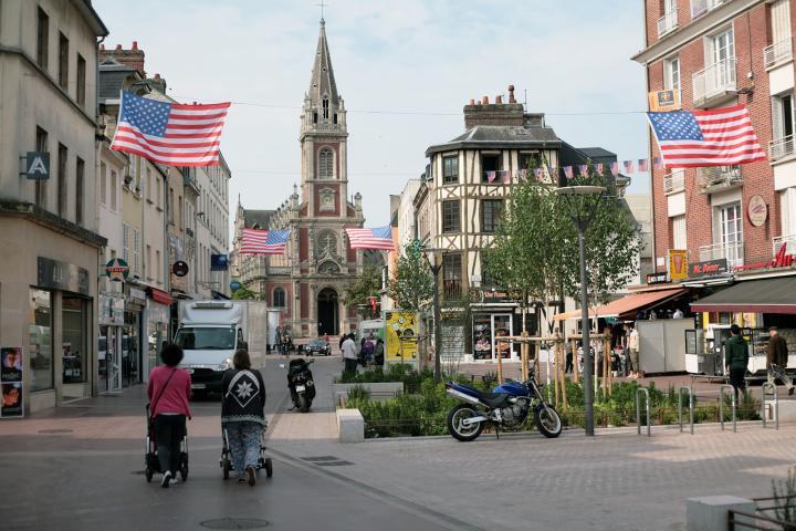 La rue Saint-Sever pavoisée aux couleurs des États-Unis