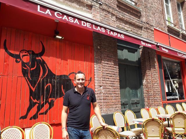 Jean-Philippe Hamelet davant son restaurant La casa de las tapas