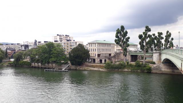 Vue de la Seine et de l'île Lacroix sur laquelle on voit le bâtiment de VNF en pierres beiges