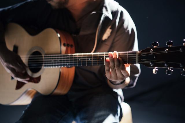 joueur de guitare acoustique
