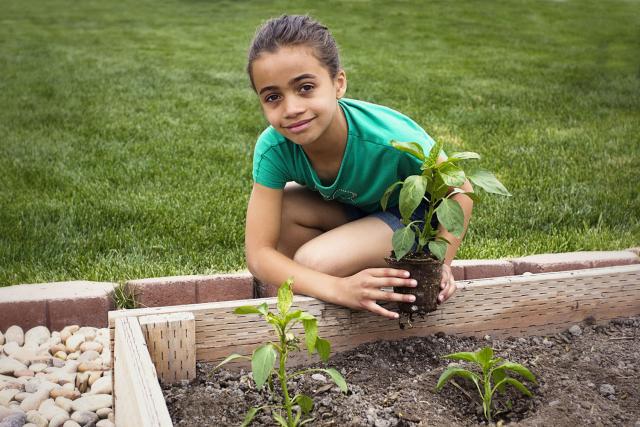 Jeune fille en train de jardiner