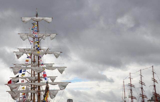 Vue sur des mâts et des voiles à l'Armada