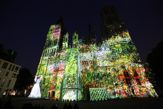 Une projection en couleurs sur la cathédrale