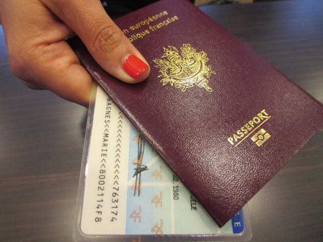 Un passeport et une carte d'identité