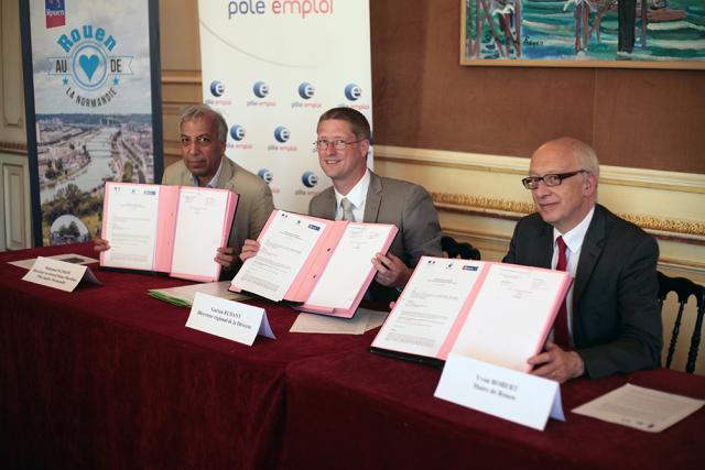 Signature de la convention entre le maire, Yvon Robert, et les dirigeants régionaux de la Direccte et de Pôle Emploi