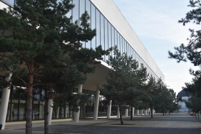 Vue de côté de la façade de la bibliothèque Simone-de-Beauvoir