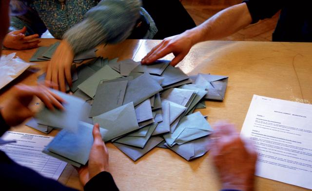 Enveloppes de votes lors d'un dépouillement d'élection