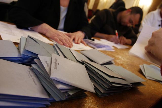 Photo d'enveloppes d'élection lors d'un dépouillement