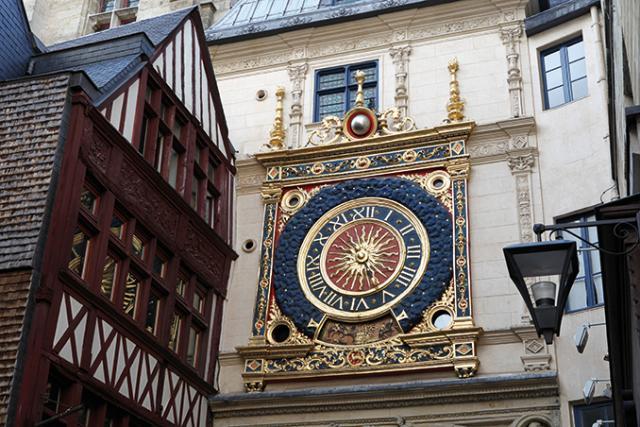 Vue du Gros-Horloge et immeuble à colombages alentour