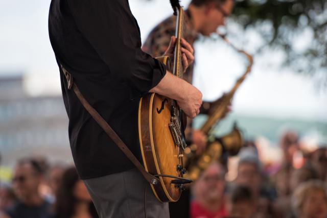 Zoom sur la guitare d'un guitariste