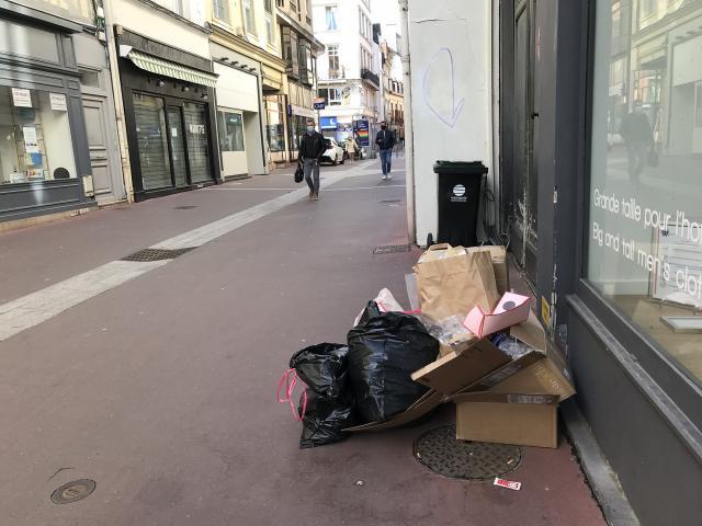 Déchets devant un commerce du centre-ville de Rouen