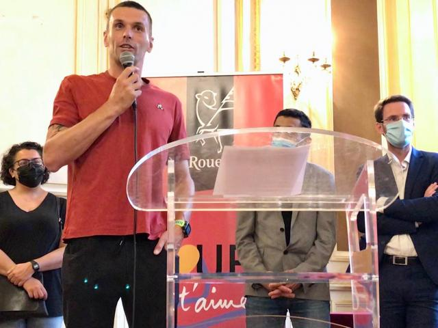 Alexis Hanquinquant au micro devant le maire de Rouen Nicolas Mayer-Rossignol