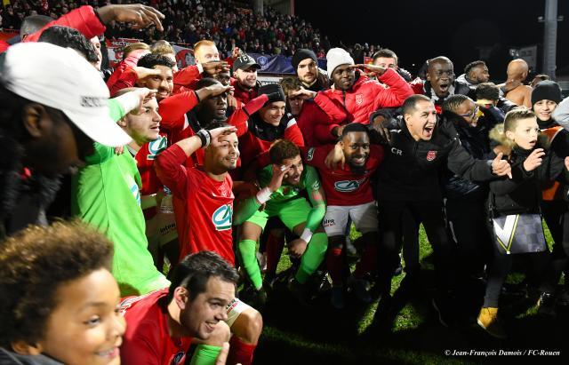 Les joueurs du FC Rouen célèbrent la qualification face à Metz