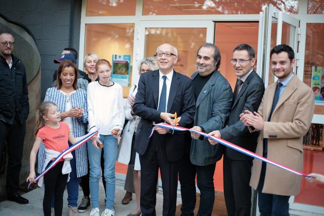 Yvon Robert, maire de Rouen, coupe le ruban pour inaugurer la Maison du projet