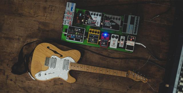 Une guitare et des pédales d'effets