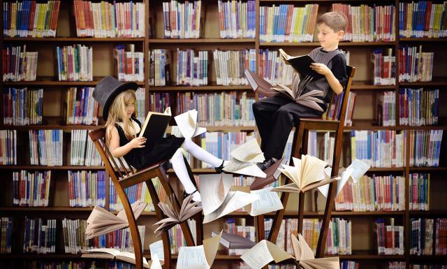 Enfants sous une chte de livres