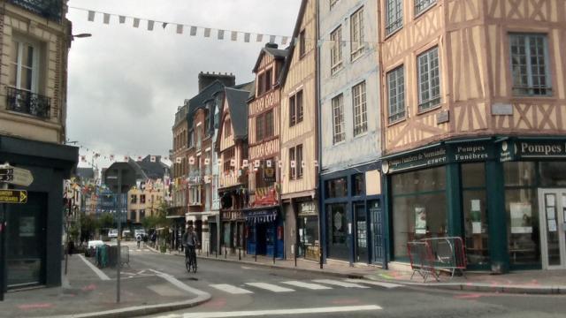 Vue de la rue des Boucheries Saint-Ouen, par temps gris, depuis l'intersection avec la rue des Faulx