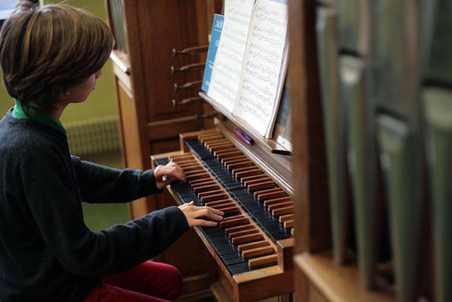 Enfant qui joue de l'orgue