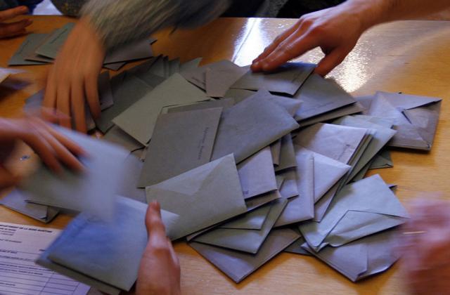 Enveloppes bleues de vote lors d'un dépouillement