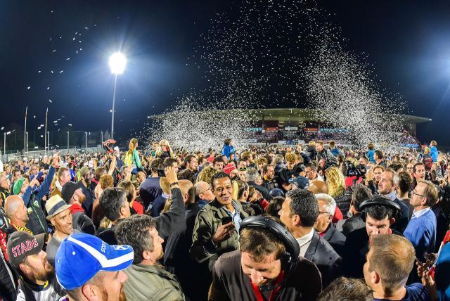 La foule envahit le terrain après le match