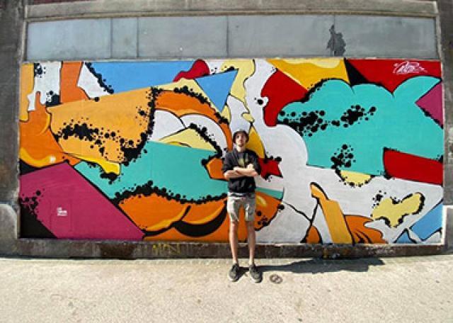 L'artiste Prisme devant Le Mur © Paul Delahaye